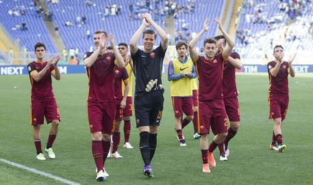 Roma's players celebrate the victory at the end of the Italian Serie A soccer match SS Lazio vs AS Roma at Olimpico stadium in Rome, Italy, 03 April 2016.  ANSA/CLAUDIO PERI